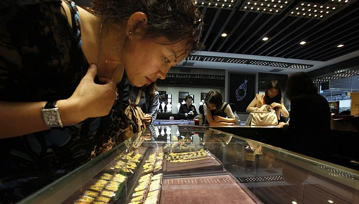 Chinese Gold Rush In Hong Kong (video)